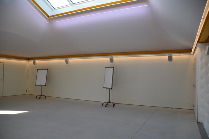 De vergaderzaal create zonder tafels of stoelen