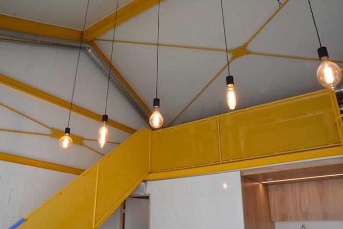 Zicht op de verlichting en bovenverdieping van de vergaderzaal Nurture