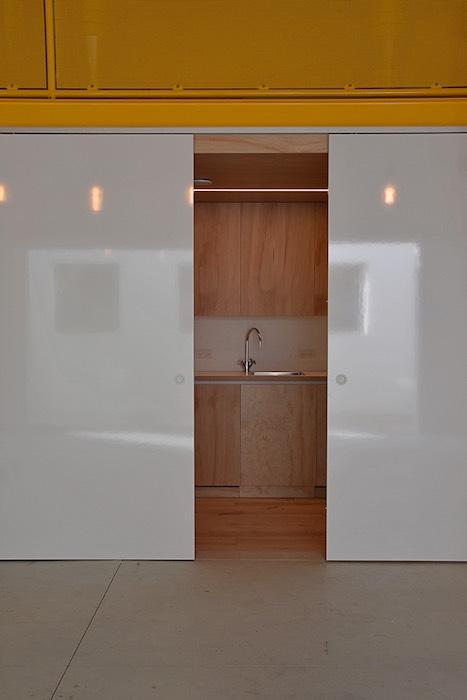 Uniek ontwerp van keuken met verschuifbare, magnetische en dubbek-zijdige beschrijfbare wanden