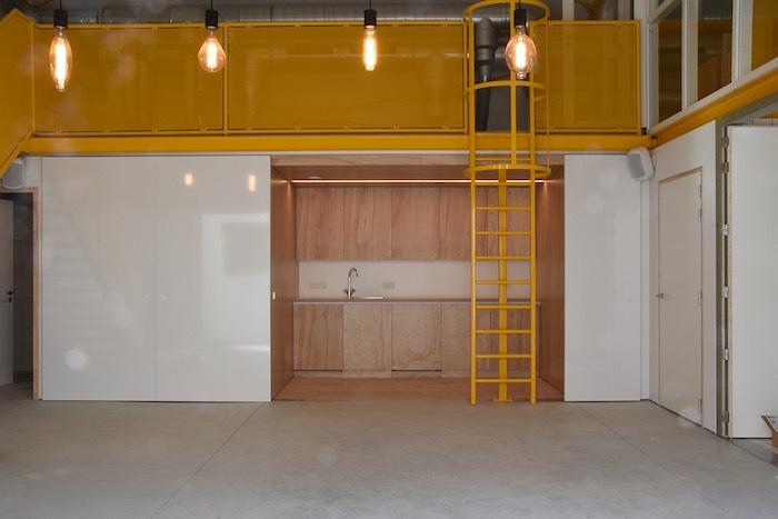 Zicht op de keuken in vergaderruimte nurture van Creative Wonderland
