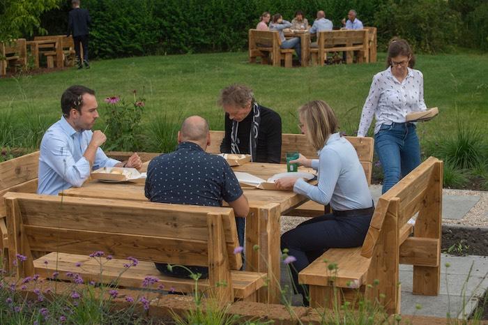 Vergaderen en lunchen in de schaduw