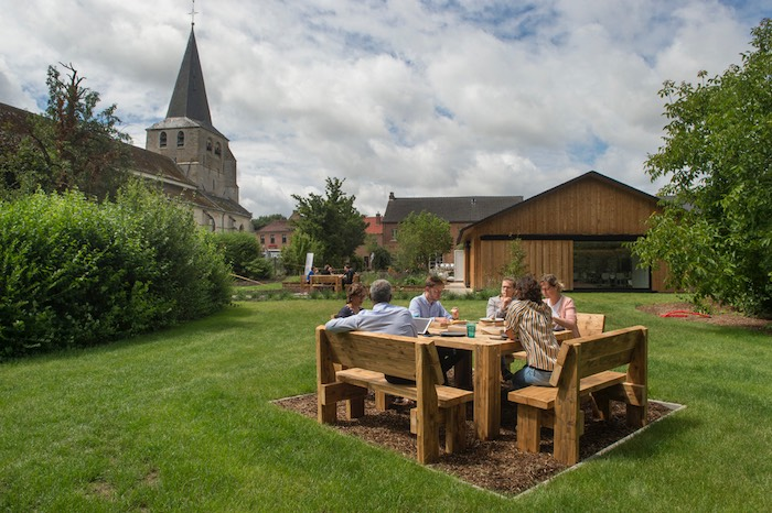 Vergaderen in de natuur of lunchen bij goed weer op hand-gemaakte bankjes van sloophout