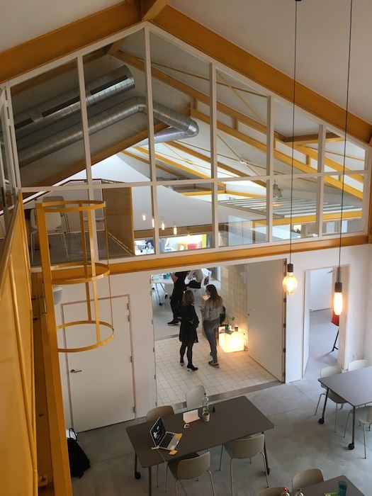 Doorzicht van vergaderzaal nurture naar vergaderzaal create