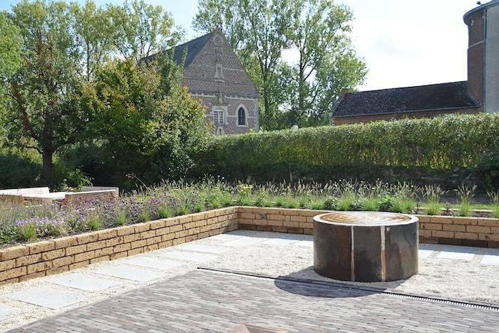Zicht op het terras met waterelement vanuit de break-out ruimte Texture
